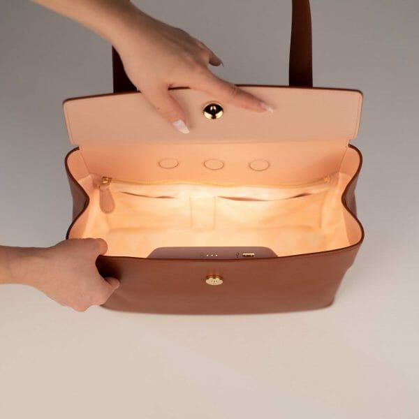 Flapbag caramel with light inside