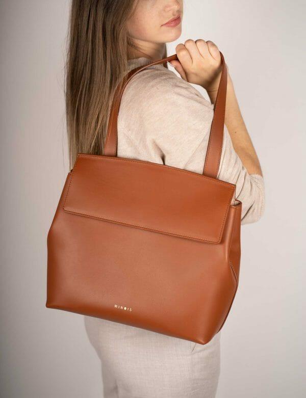 Model with flapbag caramel
